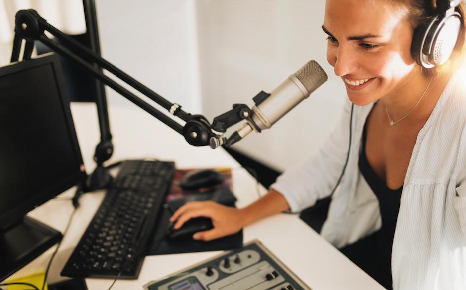 braccio microfono - Ragazza seduta alla scrivania che parla al microfono sorretto dal braccio porta microfono